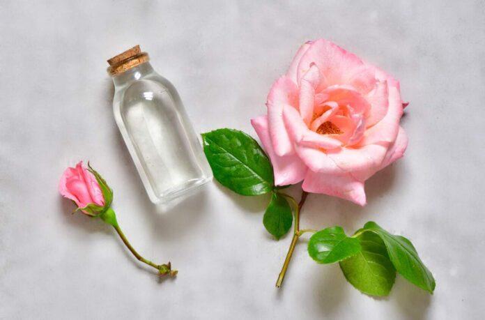 Apa de trandafiri pentru ten